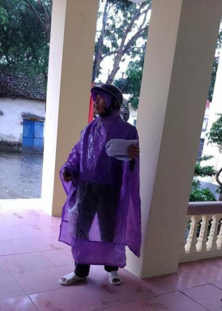 Người dân đội mưa đến xin dấu ra về trong bức xúc.