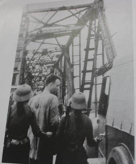 Tên phi công của Mỹ bị quân và dân Thanh Hóa bắt sống