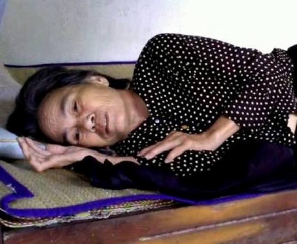 Sau tai nạn lao động, bà Ân bất lực nằm một chỗ nhìn cuộc đời trôi đi vô định