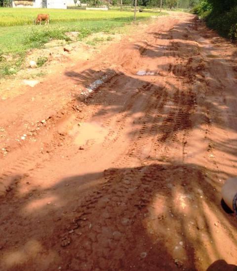 Tỉnh lộ 512 vốn là đường rải nhựa nhưng hiện có nhiều đoạn đã thành đường đất