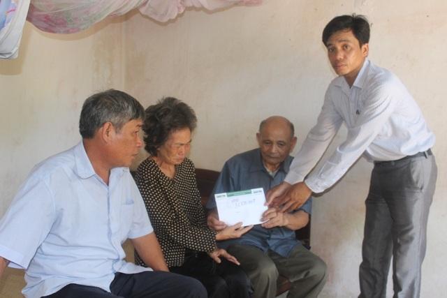 Ông Nguyễn Văn Hồng, Chủ tịch UBND xã Hoằng Khánh trao số tiền bạn đọc ủng hộ đến gia đình bà Ân