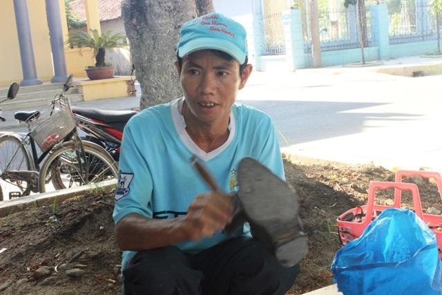 Anh Tùng tranh thủ đánh giày trong lúc chờ con thi