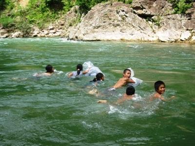 Rơi nước mắt trước cảnh học sinh bơi qua sông đến trường - 1