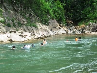 Rơi nước mắt trước cảnh học sinh bơi qua sông đến trường - 3