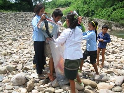 Rơi nước mắt trước cảnh học sinh bơi qua sông đến trường - 4