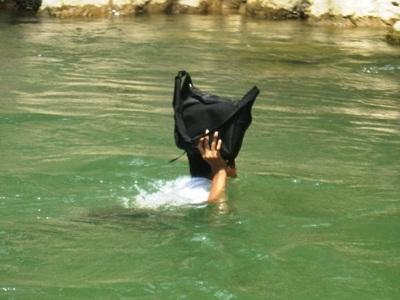 Rơi nước mắt trước cảnh học sinh bơi qua sông đến trường - 2