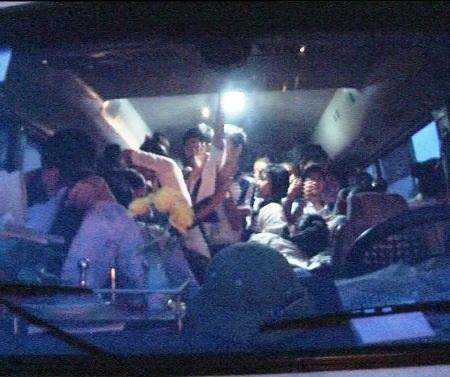 Dù quy định chỉ được phép chở 29 người nhưng chủ xe vẫn cố nhồi nhét lên tới 65 người.