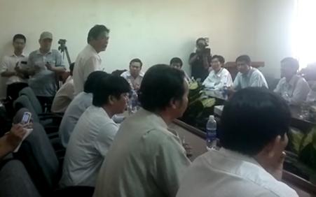 Ông Võ Minh Hoài (người đứng) trình bày biện pháp thi công của nhà thầu