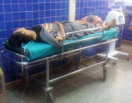 Một trong ba nạn nhân đang được cấp cứu tại Bệnh viện Hữu nghị Việt Nam Cu Ba Đồng Hới