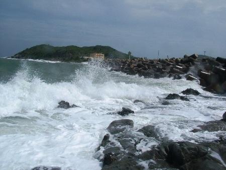 Do ảnh hưởng của bão số 8, từ trưa ngày hôm qua (27/10) ở cảng Hòn La đã xuất hiện sóng lớn