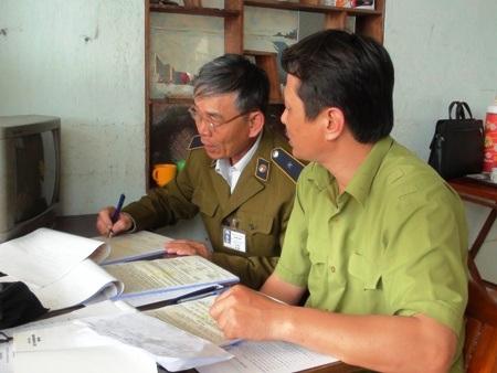 Cán bộ Chi cục Quản lý thị trường kiểm tra đại lý xăng dầu Lan Hương