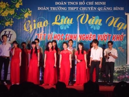 Chương trình văn nghệ sôi động do các em học sinh của TrườngTHPT chuyên Quảng Bình thể hiện.
