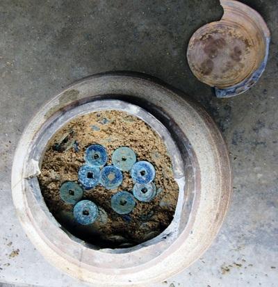 Một người dân ở Quảng Bình vừa phát hiện hũ tiền cổ có niên đại hàng nghìn năm (Ảnh: Diệu Hồng)