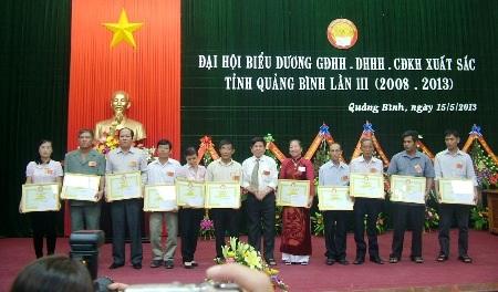 Trung ương Hội khuyến học Việt Nam tặng Bằng khen cho 24 gia đình, cộng đồng, dòng họ tiêu biểu.