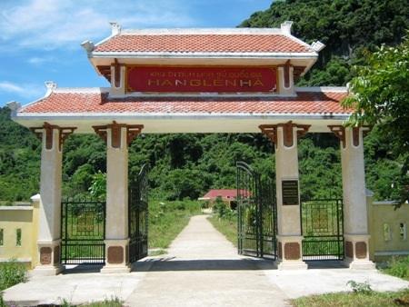 Khuôn viên khu di tích lịch sử quốc gia hang Lèn Hà