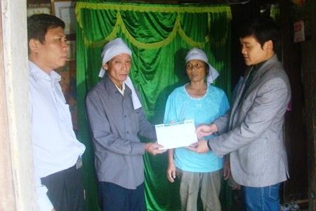 Trao 5.000.000 đồng tới gia đình bà Trần Thị Thuấn