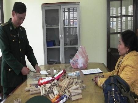 Lực lượng Bộ đội Biên phòng đang kiểm tra từng chi tiết một số pháo thu giữ