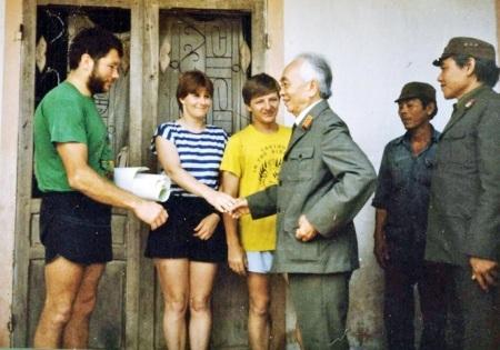 Bút tích lá tư của Đại tướng Võ Nguyên Giáp gửi Howard Limbirt cùng đoàn thám hiểm