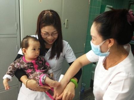 """Hơn 1 tuần sau bài viết: """"Bé 1 tháng tuổi đa dị tật bị bố mẹ bỏ rơi tại bệnh viện"""