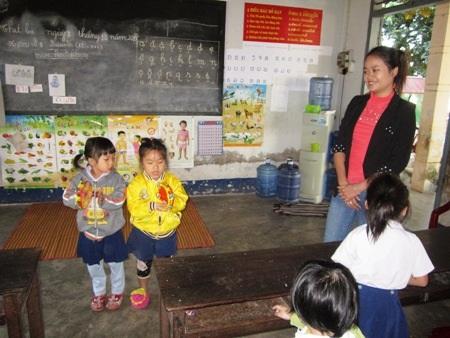 Các em học sinh mầm non đang say sưa hát bài Ba thương con và Đêm qua em mơ gặp Bác Hồ.