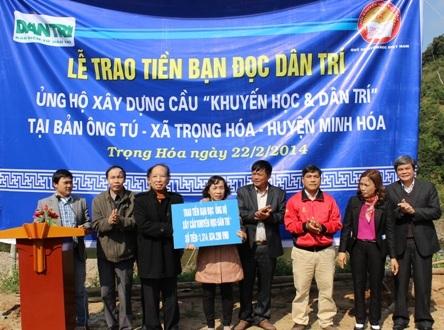 Nhà báo Phạm Huy Hoàn, Tổng Biên tập Báo Dân trí trao số tiền