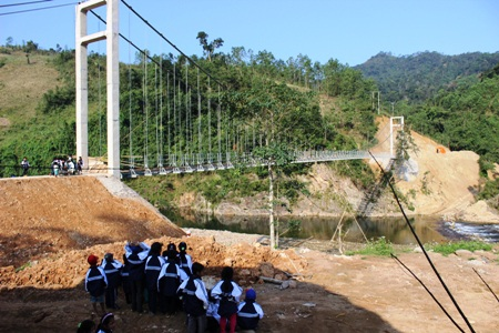 Niềm vui của các em học sinh bản ông Tú khi sắp có cái cầu mới bắc qua sông đến trường