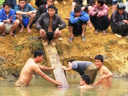 Người dân đang chuẩn bị trục vớt cây Huê lên khỏi mặt nước