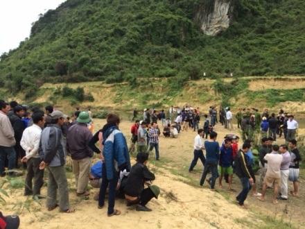 Rất đông người đi tìm kiếm gỗ huê