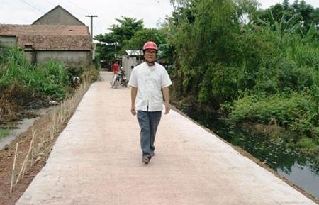 Dân bức xúc trước nhiều sai phạm trong quá trình làm đường xây dựng nông thôn mới.
