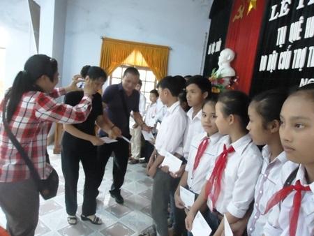 Đoàn trao học bổng cho 50 học sinh nghèo vượt khó ở xã Lộc Thủy.