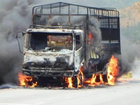 Xe ô tô trơ khung sau vụ cháy