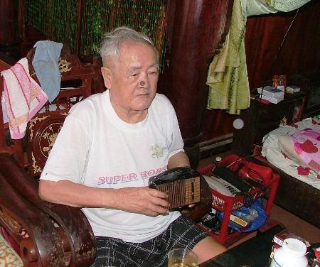 Cụ Lê Văn Diếp xem chiếc rađio như kỷ vật quý thời chiến