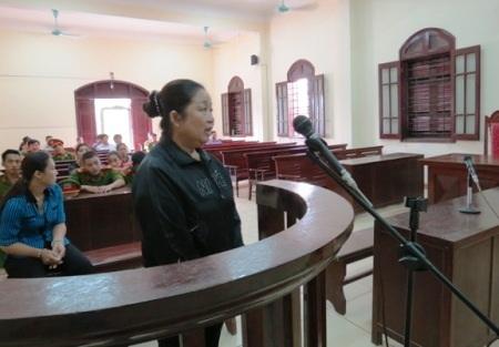 Bị cáo Nguyễn Thị Hường cúi đầu nhận tội tại tòa (Ảnh: B.Q.B)