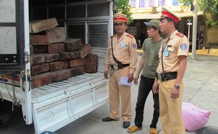 Xe tải chở gỗ không có nguồn gốc bị phát hiện và bắt giữ