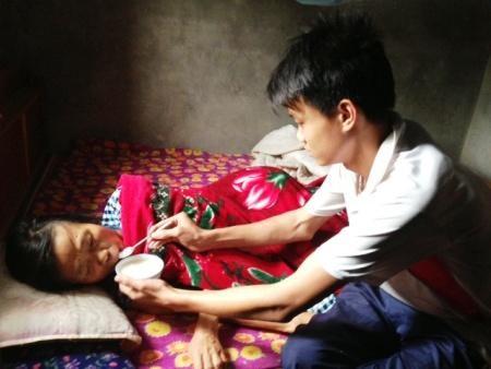 Sau bao năm ròng rã chăm sóc mẹ bạo bệnh, nhưng giờ mẹ Tuấn đã ra đi mãi mãi