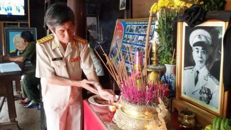 Đại tá, nhà báo Trần Hồng thắp nén nhang dâng lên bàn thờ Đại tướng Võ Nguyên Giáp