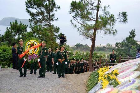Lễ dâng hương tại Vũng Chùa - Đảo Yến