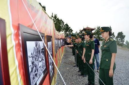 Nhiều đơn vị lính trẻ tham quan triển ảnh về Đại tướng trong ngày lịch sử