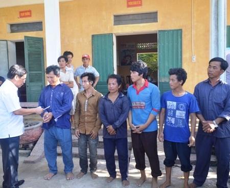 Đại diện lãnh đạo huyện Quảng Trạch trao quà cho 6 ngư dân Quảng Ngãi và 7 ngư dân Quảng Bình