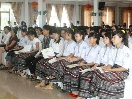 Nhiều học sinh, sinh viên vui mừng khi nhận được học bổng Vallet.