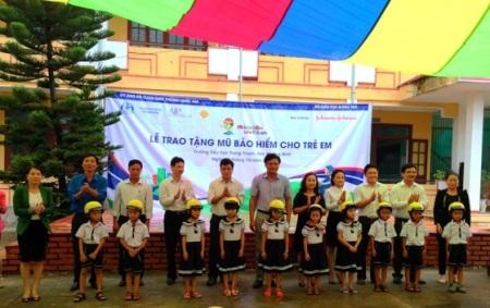 Hơn 1.600 mũ bảo hiểm dành cho học16 trường tiểu học trên địa bàn tỉnh Quảng Bình.