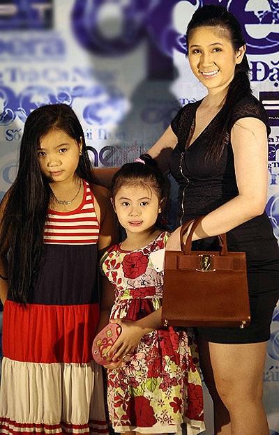 Ca sĩ Thu Ba và hai cô con gái nhỏ đáng yêu...