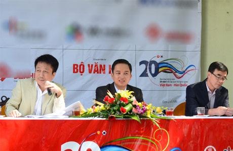 Nhạc sĩ Phú Quang (bên trái) là người cố vấn nghệ thuật chương trình tại buổi họp báo