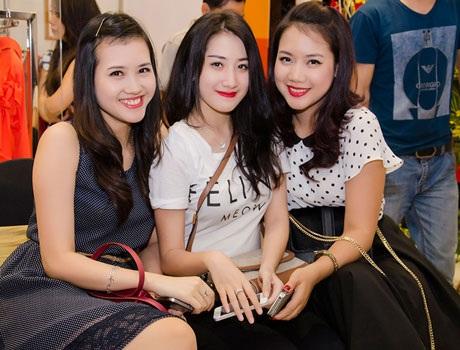 Người đẹp Lan Hương (phải), Thu Hoa (trái)và cô em út
