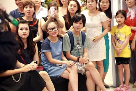 Các con của Thanh Lam chăm chú xem và cổ vũ mẹ