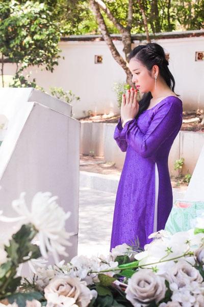 Trong tà áo dài tím dịu dàng, du khách lại càng thêm yêu mến Lý Nhã Kỳ bởi sự nền nã, nhẹ nhàng ấy