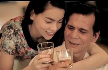 Hình ảnh uống rượu, chai rượu xuất hiện nhiều lần trong MV Cám ơn cha của Hồ Ngọc Hà