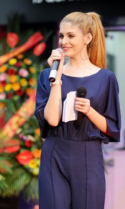 Chân dài ngày càng nổi tiếng đảm nhiệm vai trò MC của chương trình