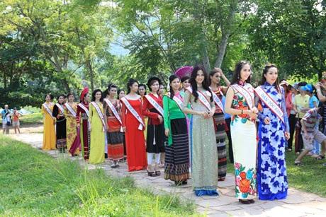 Trước khi tham gia bảo vệ môi trường ở Cù Lao Chàm, các thí sinh đi thăm làng lụa Hội An...