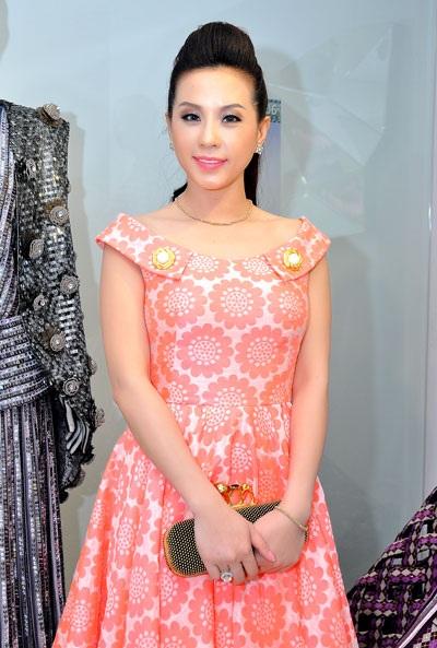 Hoa hậu Thu Hoài trẻ trung dự tiệc NTK Công Trí